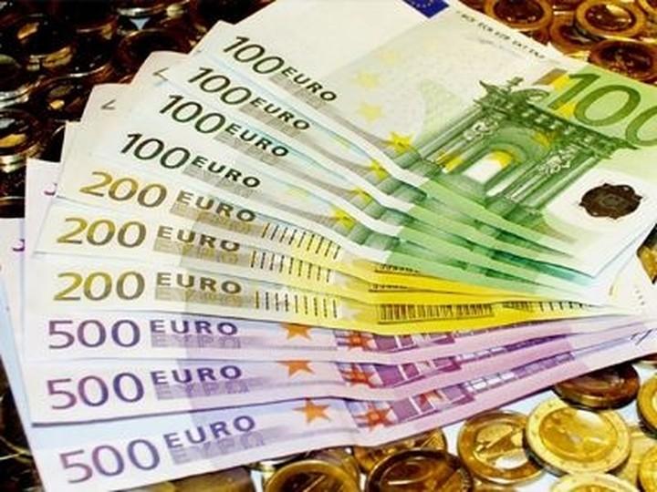 Υπό πίεση το ευρώ
