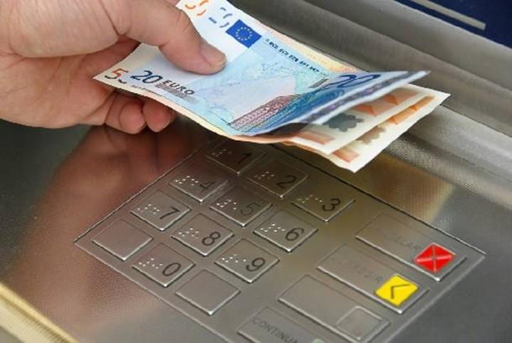 Ποιοι παίρνουν τα λεφτά τους από τις τράπεζες και που τα κρύβουν