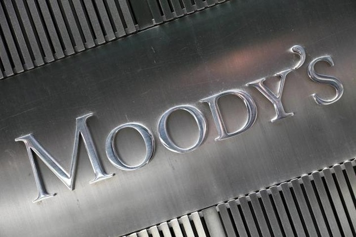 Moody's: Παραμένουν αρνητικές οι προοπτικές των ελληνικών τραπεζών