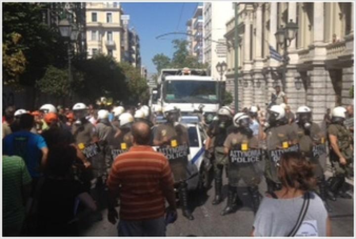 Ένταση με ΜΑΤ και απορριμματοφόρα στο κέντρο της Αθήνας