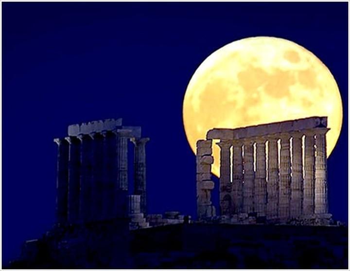 Αυγουστιάτικο φεγγάρι με ανοιχτά μουσεία