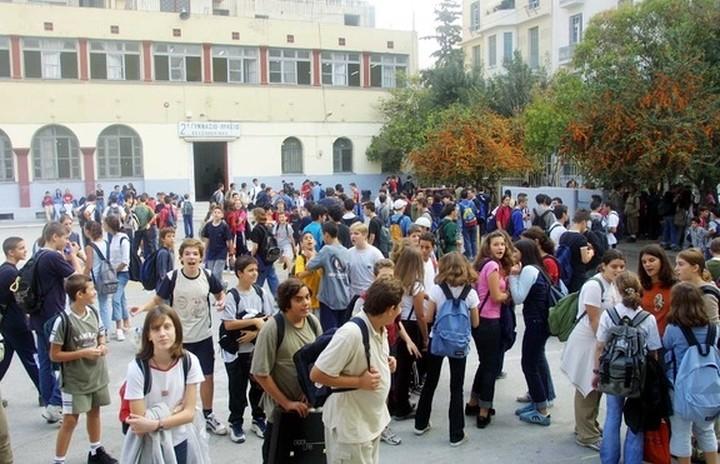 ΥΠΕΣ: Eνισχύει με 21 εκατ. ευρώ τις περιφέρειες για τη μεταφορά μαθητών