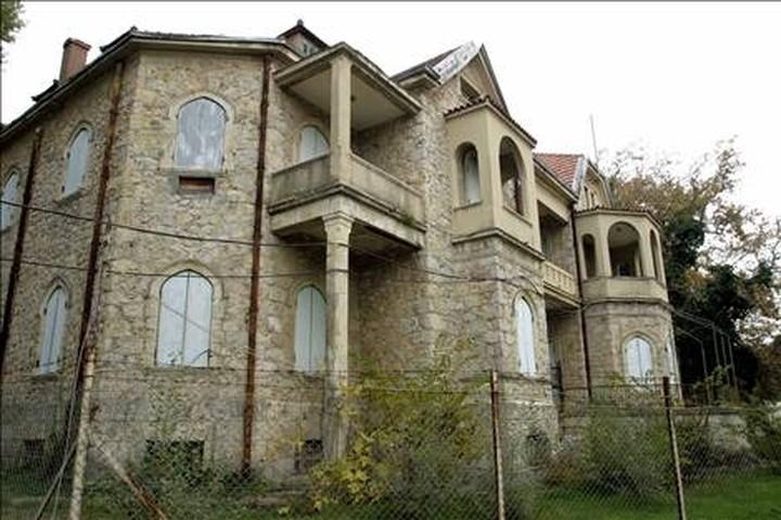 """Στο """"σφυρί"""" το Τατόι και ελληνικά διπλωματικά γραφεία και κατοικίες"""