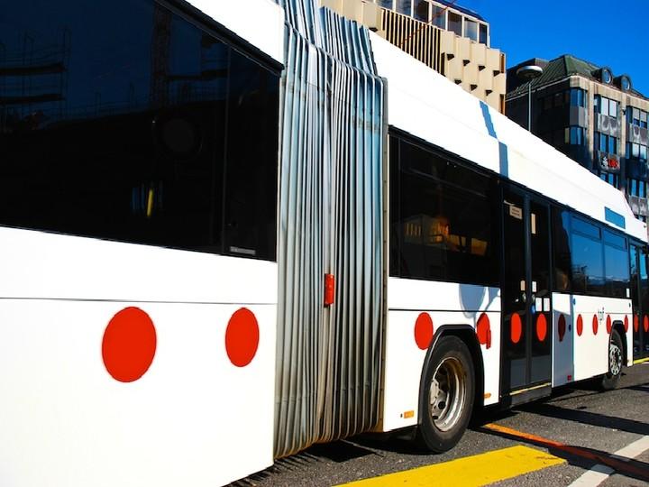 Ο οδηγός δεν θα ανοίξει αύριο από πίσω – Τι αλλάζει την πρωτομηνιά στα λεωφορεία (πίνακας)