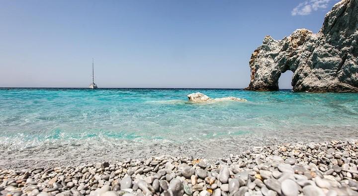 Σε ποια παραλία επιβάλλουν πρόστιμο 1.000 ευρώ σε όσους μαζεύουν...βότσαλα