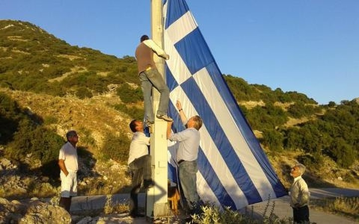 Ελληνική σημαία 19 τετραγωνικών στον ορεινό όγκο της Μουργκάνας