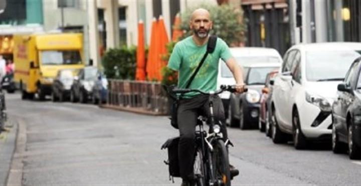 Πρόστιμο σε μονόχειρα ποδηλάτη γιατί δεν είχε φρένο στη μεριά που ...δεν είχε χέρι!