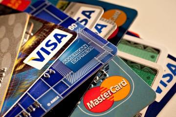Τι σου προσφέρουν οι τράπεζες για να πληρώσεις με πλαστικό χρήμα