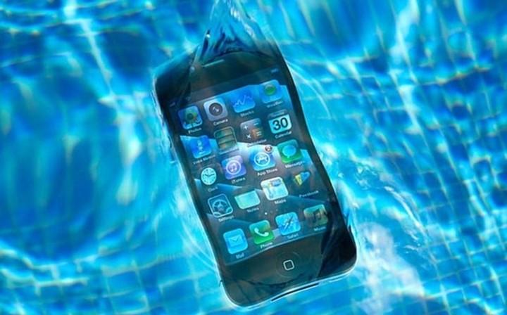 Τι να κάνετε εάν το smartphone σας πέσει στο νερό