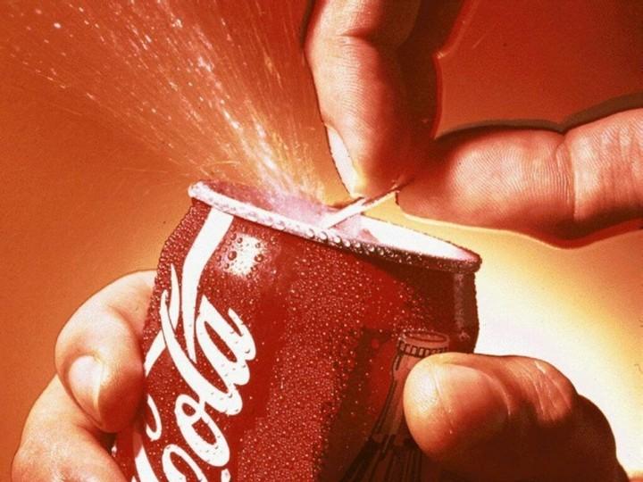 ΣΟΚ: Δείτε πόσα φακελάκια ζάχαρης περιέχει μία coca-cola (video)