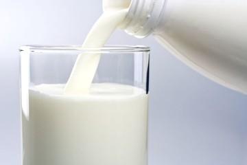 Eρχονται μειώσεις στο γάλα - Πόσο θα το πληρώνουμε στο ράφι