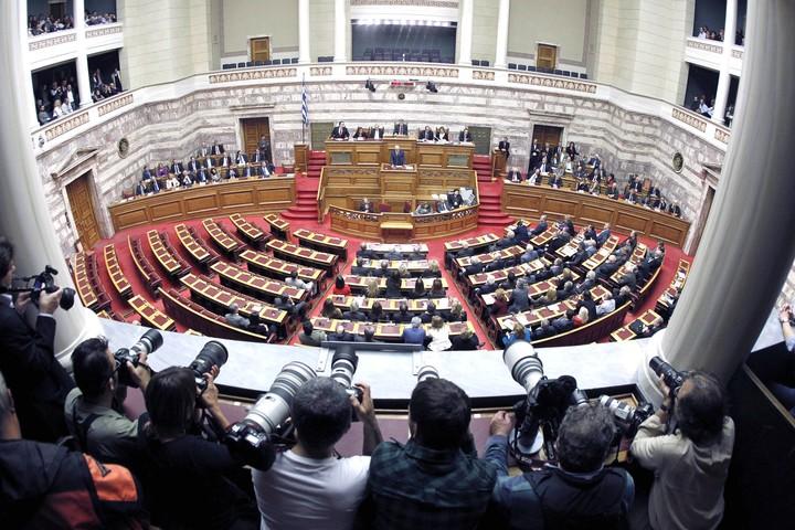 """Αντιπαράθεση στη Βουλή για """"κόκκινα δάνεια"""" και ενστόλους"""