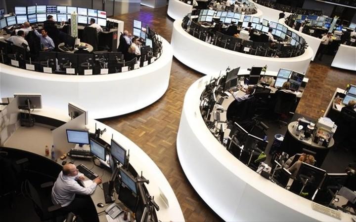 """Ανοιγμα με άνοδο στις αγορές, το """"καλάθι"""" των νομισμάτων"""