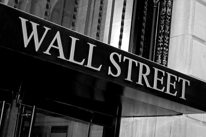 Εορταστικό κλίμα στη Wall Street με τα futures να κινούνται ανοδικά