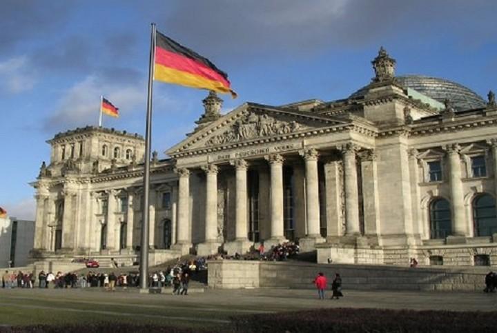 Δήλωση-σοκ από Γερμανία: «Πρέπει να διαγραφεί το μισό ελληνικό χρέος»