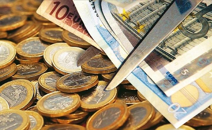 Guardian: 35 οικονομολόγοι από όλο τον κόσμο ζητούν κούρεμα χρέους για την Ελλάδα