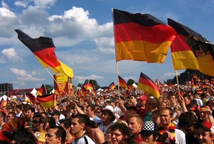 Η πλειοψηφία των Γερμανών θέλει την Ελλάδα στην ευρωζώνη και απορρίπτει την διαγραφή χρέους της