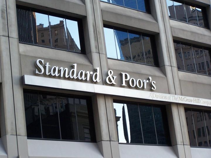 Υποβαθμίζει τα ελληνικά ομόλογα η S&P