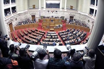Σε εξέλιξη η συζήτηση στη Βουλή - Τα μεσάνυχτα η ψήφος εμπιστοσύνης