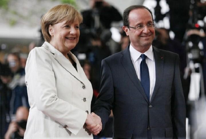Μέρκελ-Ολάντ: «Η Ελλάδα πρέπει να παραμείνει στην Ευρωζώνη»