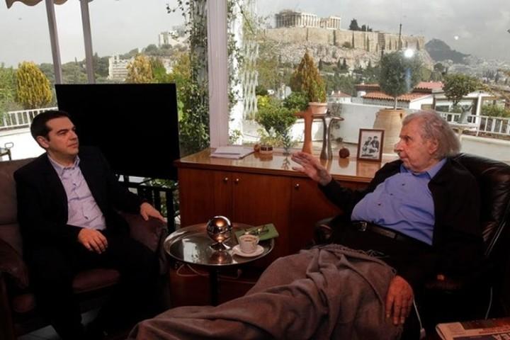 """Αλ.Τσίπρας:""""Είσαι πολεμιστής"""" - Μ.Θεοδωράκης:""""Είσαι ο πρωθυπουργός και δεν αλλάζει"""""""