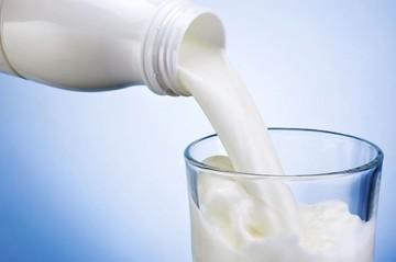 Μειώθηκε η μέση τιμή του φρέσκου γάλακτος