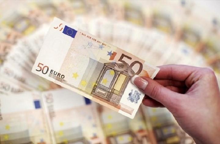 Σε χαμηλό 12ετίας το ευρώ