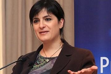 Διαψεύδει η Έλενα Παναρίτη τα δημοσιεύματα για τις διαπραγματεύσεις