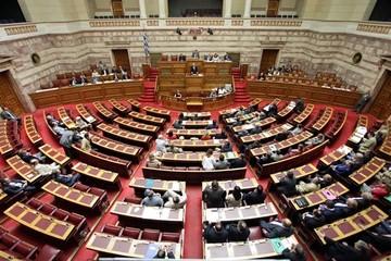 Διαψεύδει η κυβέρνηση τις πληροφορίες για μπλόκο στο νομοσχέδιο των 100 δόσεων