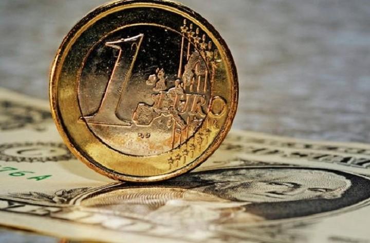 Μικρή υποχώρηση του ευρώ έναντι του δολαρίου