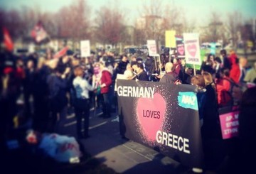 Θερμή υποδοχή του Αλέξη Τσίπρα απο Γερμανούς έξω από την καγκελαρία με καρδούλες και συνθήματα υπερ της Ελλάδας