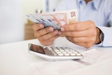 Η κυβέρνηση για να πληρώσει μισθούς και συντάξεις βάζει χέρι στα ταμεία των ΔΕΚΟ