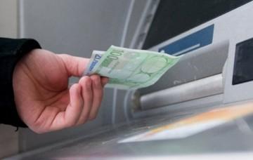 """Bloomberg:«Με """"τσάντες"""" φεύγουν τα χρήματα από τις ελληνικές τράπεζες»"""