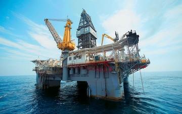 Γιατί κατέρρευσε η τιμή του πετρελαίου; (Γραφήματα)