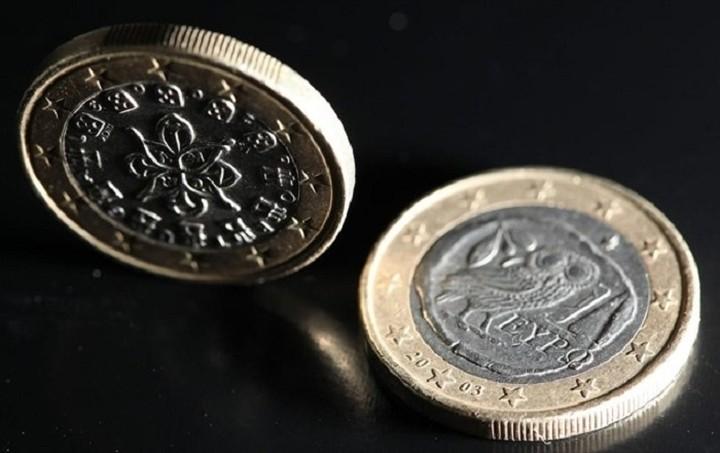 Πτώση καταγράφει το ευρώ έναντι του δολαρίου
