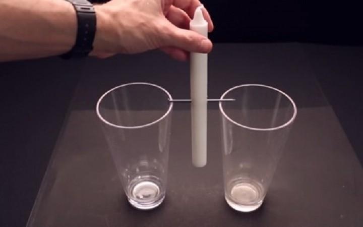 Απίστευτο κόλπο:Δείτε τι έκανε με δύο ποτήρια νερό και ένα κερί!