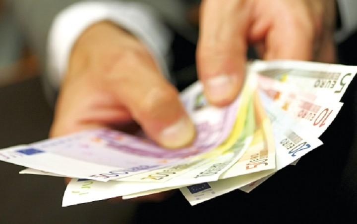 Ποια επιδόματα του ΟΑΕΔ θα αυξηθούν με την αύξηση του κατώτατου μισθού