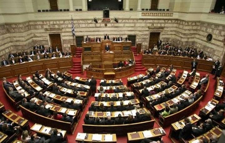 """«Φωτιά» στην Ολομέλεια της Βουλής: """"Βαριές"""" κουβέντες μεταξύ Λοβέρδου-Λαφαζάνη"""