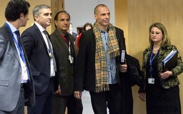 Άρθρο του Βαρουφάκη: Δύο βήματα από τη συμφωνία