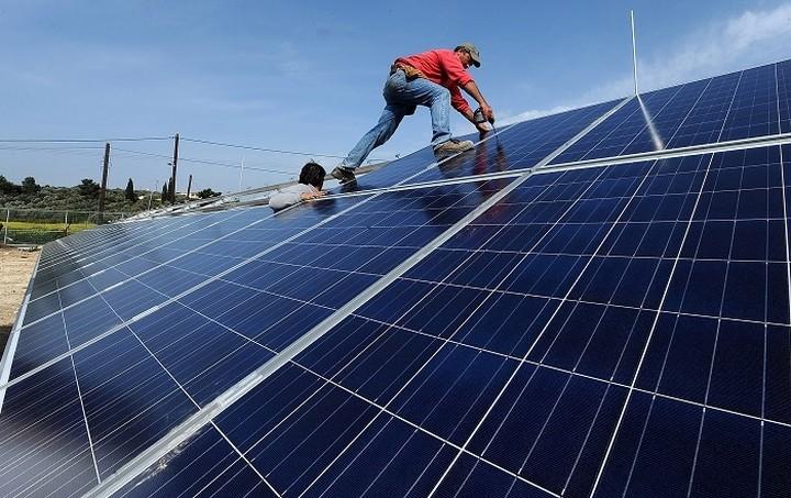 Χαράτσι 26% στα εισοδήματα των αγροτών από φωτοβολταϊκά