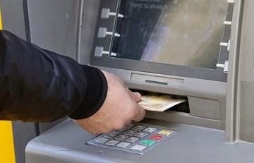 Συνεχίζεται η εκροή καταθέσεων από τις ελληνικές τράπεζες