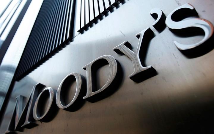 Η Μoody's υποβαθμίζει την αξιολόγηση της Ελλάδας