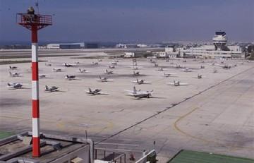 Reuters: Η Αθήνα θέλει να αλλάξει τη συμφωνία για τα περιφερειακά αεροδρόμια