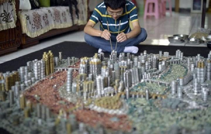 Έφτιαξε μικρογραφία της πόλης του χρησιμοποιώντας πάνω από 50.000 νομίσματα