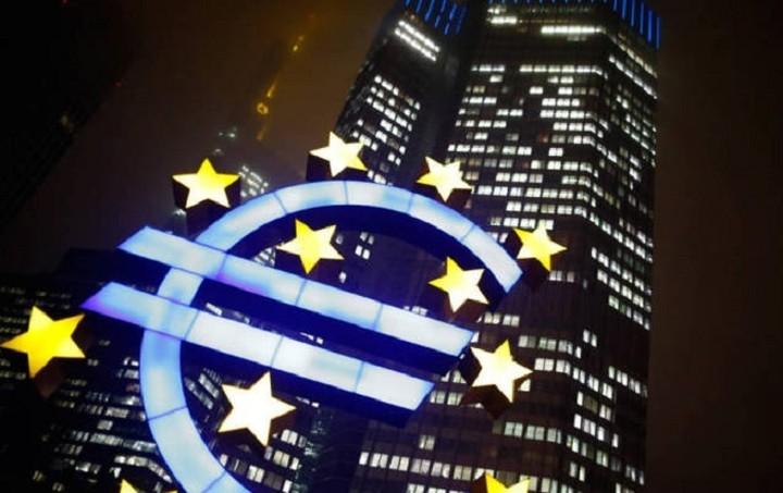 Bloomberg: Η ΕΚΤ εξετάζει πιο σκληρά μέτρα για τη ρευστότητα στην Ελλάδα