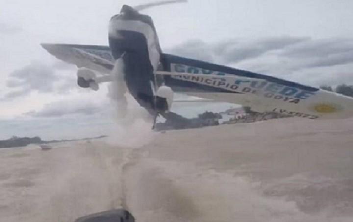 Παραλίγο σύγκρουση αεροπλάνου με... βάρκα (Βίντεο)