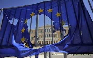 Financial Times: Η Ελλάδα πλησιάζει όλο και πιο κοντά στον γκρεμό