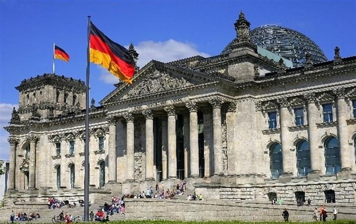 Δεν επιβεβαιώνει το Βερολίνο συζήτηση για Ελλάδα στην τριμερή με Ολάντ - Γιούνκερ