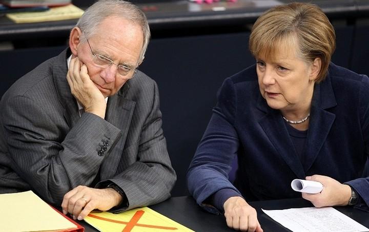 Δημοσκόπηση Bild: Μεγαλύτερη εμπιστοσύνη στο Σόιμπλε απ' ότι στη Μέρκελ δείχνουν οι Γερμανοί