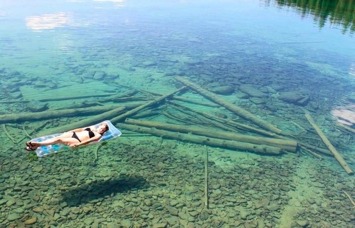 Γιατί αυτή η λίμνη μοιάζει ρηχή ενώ φτάνει τα 115 μέτρα βάθος